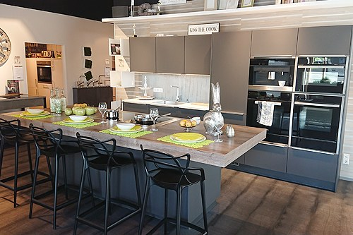 Glas Onyxgrau Insel-Küche in Esslingen