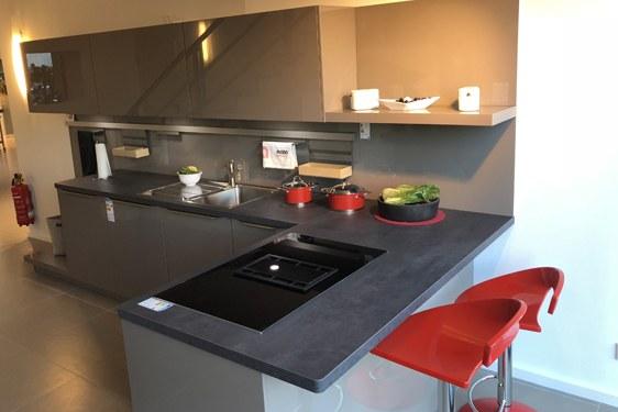 Hochglanz Basalt L-Form Küche in Hilden