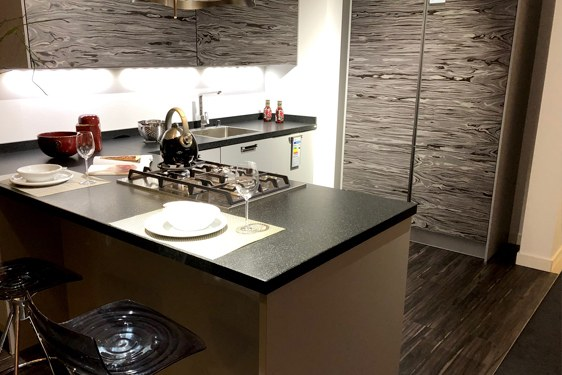 Lacklaminat Perlgrau U-Form Küche in Würselen