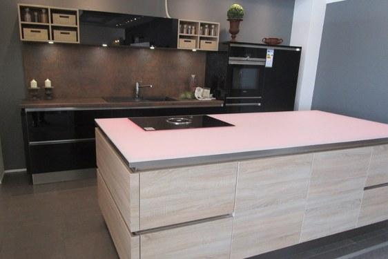 Edle Küche mit Glas-Arbeitsplatte