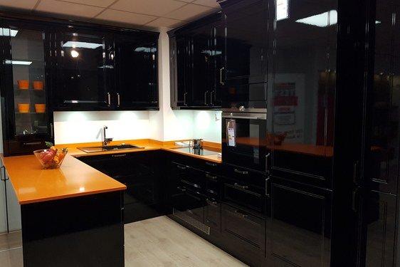 Hochglanz Schwarz U-Form Küche in Niederzier