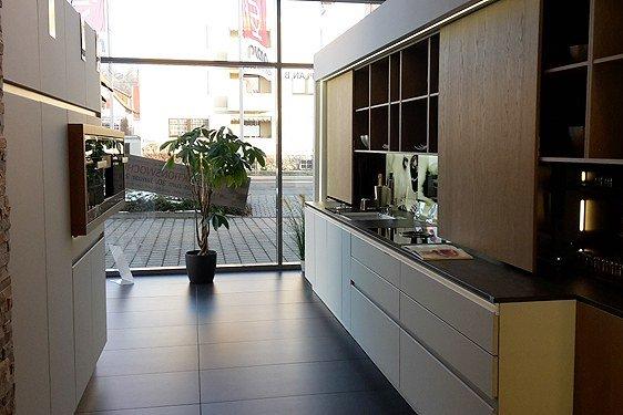 Mattglas Arctisweiß & Echtholz Eiche Lehm Zweizeilige Küche in Ravensburg