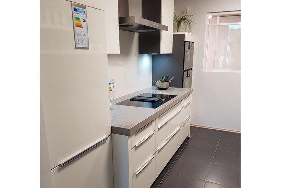 Hochglanz Weiß Zweizeilige Küche in Niederzier
