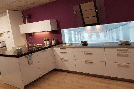 Hochglanz Weiß & Schichtstoff Perlgrau U-Form Küche in Niederzier