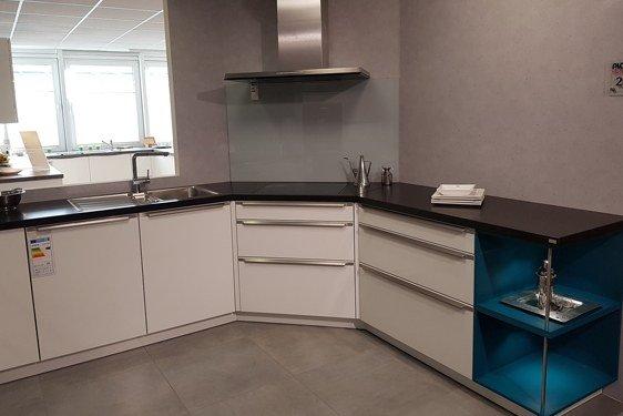 Hochglanz Weiß & Türkis U-Form Küche in Niederzier