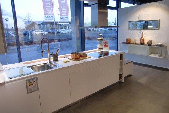 Weiß Hochglanz Insel-Küche in Schweinfurt