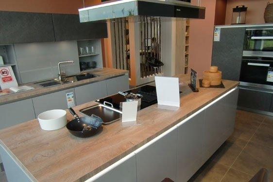 Hochglanz Perlgrau & Melaminharz Anthrazit Insel Küche in Schweinfurt