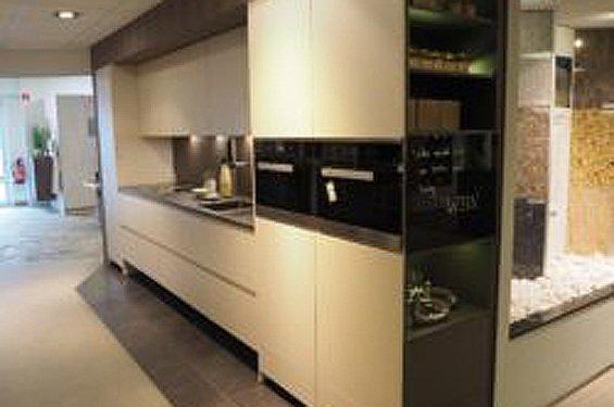 Einzeilige Küche mit Küchengeräten in 59557 Lippstadt