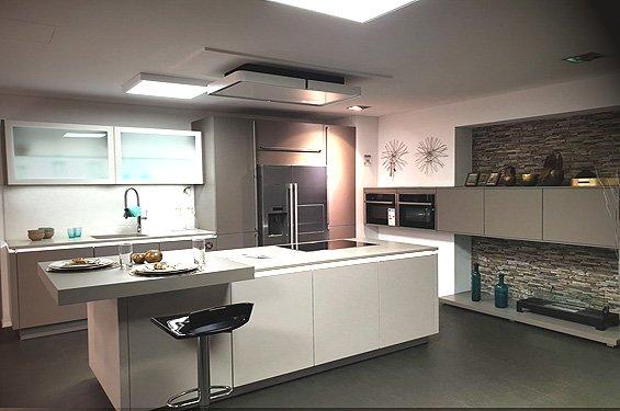 Inselküche Basaltgrau mit Geräten in Singen