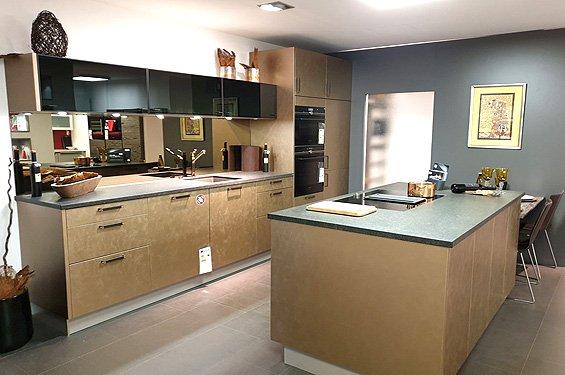 Zweizeilige Küche Bronze mit Geräten in Singen