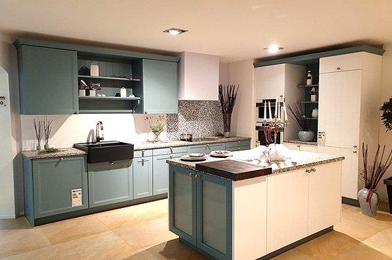 Landhaus Inselküche Blaugrau mit Geräten in Singen