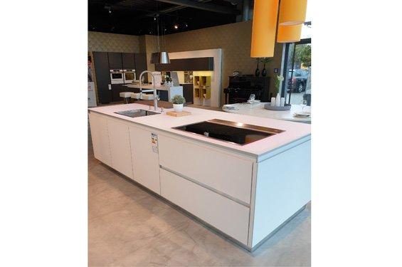 Insel-Küche arctisweiß mit Geräten in Ludwigshafen