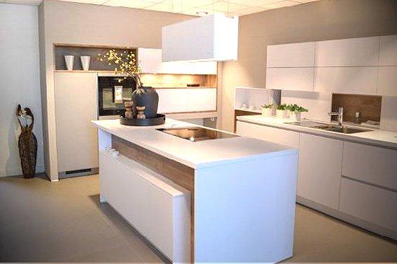 Insel-Küche polarweiß/Eiche hirnholz mit Geräten in Overath