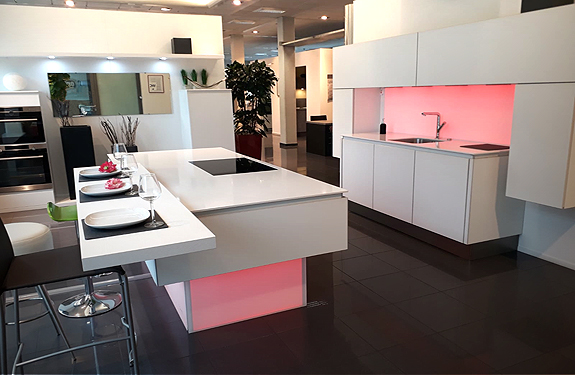 Insel-Küche arctisweiß mit Geräten in Köln