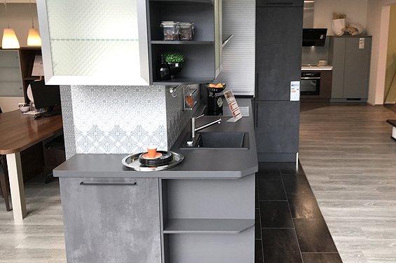 Küche in L-Form Spachtelbeton graphit ohne Geräte in Böblingen