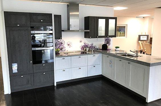 Küche in L-Form weiß/braun