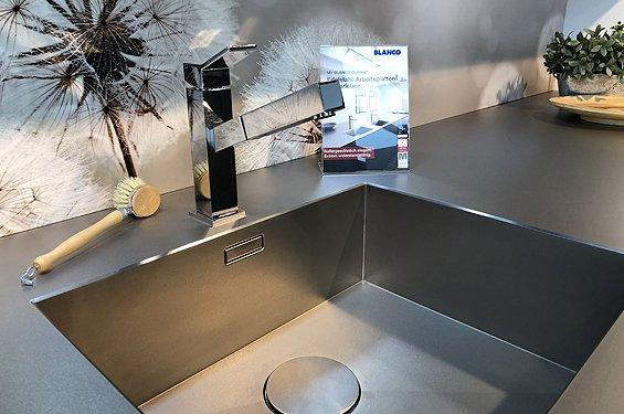 Inselküche mit Glasfront in Lavagrau in Würzburg