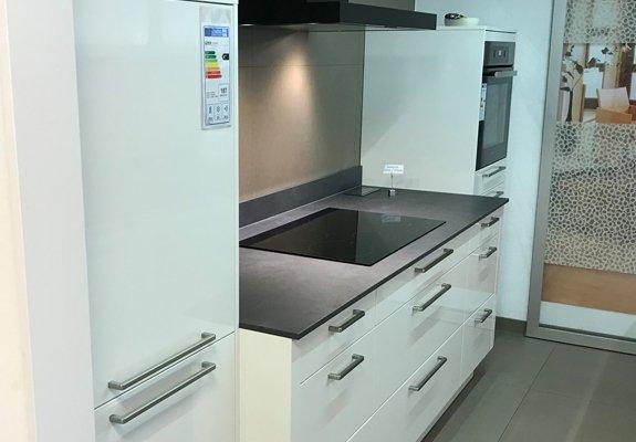 Weiße 2-zeilige Küche