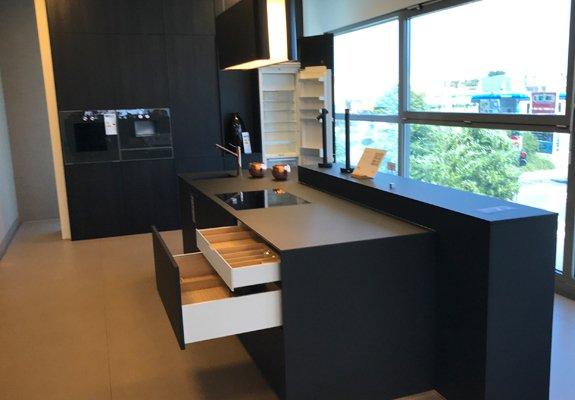 Inselküche schwarz