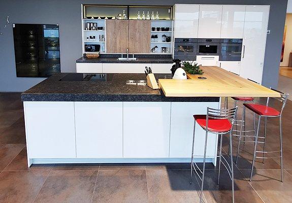 Inselküche mit Organic-Glasfront und E-Geräten in Lippstadt