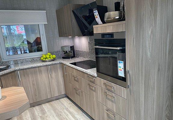 U-Küche mit Front in Ulme Grau