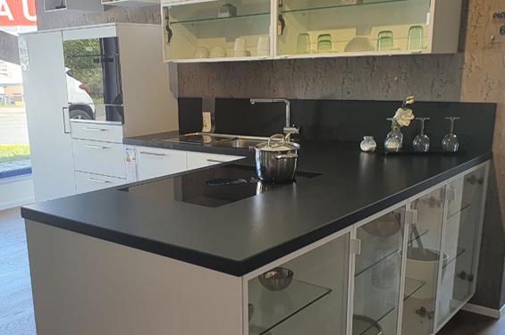 Küche in L-Form mattweiß mit Küchengeräten in Reutlingen