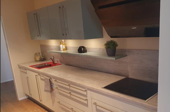 Zweizeilige Küche mit Küchengeräten in Reutlingen