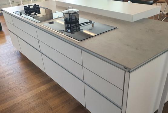 Inselküche mit Glasfront und Geräten in Reutlingen