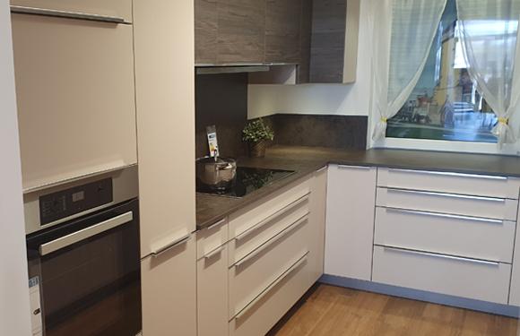 Küche in U-Form Kaschmir/Pinie dunkel mit Geräten in Reutlingen