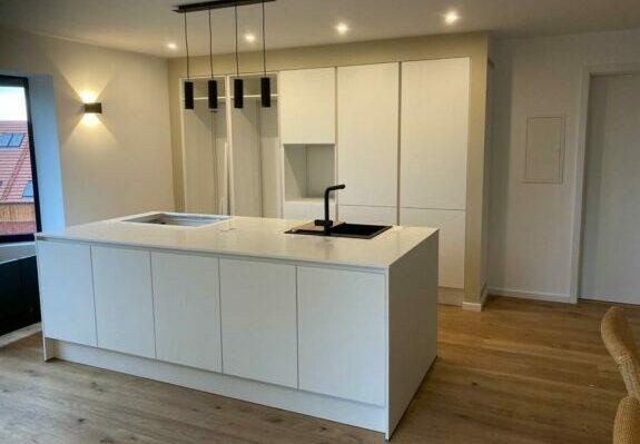 Inselküche ohne Küchengeräte in Augsburg