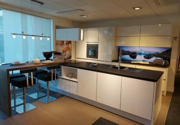Zweizeilige Küche mit polarweißen Hochglanzfronten ohne Geräte in Ravensburg