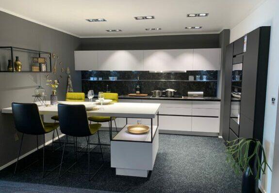 Küche in L-Form, matte Lackfronten in superweiß und schwarz mit Geräten in Germersheim