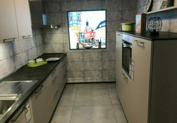 Zweizweilige Küche, matte Lackfronten Kaschmir, ohne Küchengeräte in Weinstadt-Endersbach