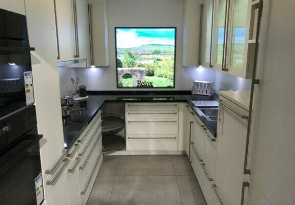 Küche in U-Form, weiß mit Naturstein-Arbeitsplatte ohne Geräte in Weinstadt-Endersbach