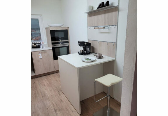 Küche in L-Form, Nordic Wood Natur und Porzellanweiß mit Geräten in Singen