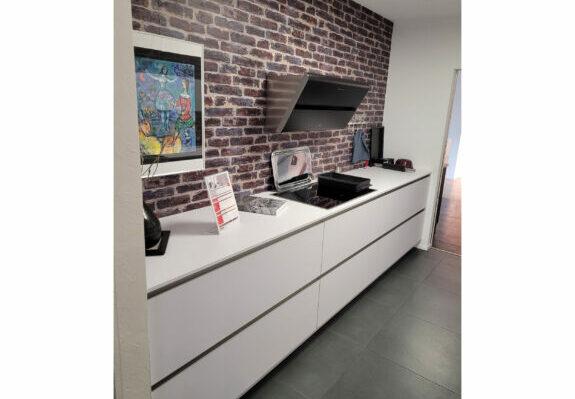 Zweizeilige Küche, Schichtstofffronten in der Farbe polarweiß mit Küchengeräten in Singen