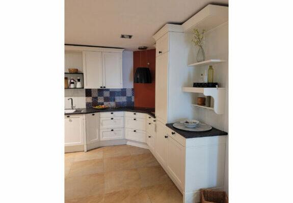 Küche in L-Form, weiße Fronten Echtholz furniert, Natursteinarbeitsplatte mit Küchengeräten in Singen.